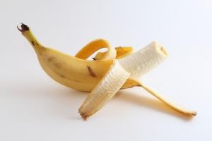 napola oguljena banana